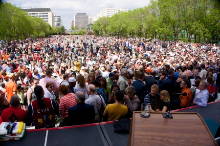 Another look at the crowd. Click to enlarge.